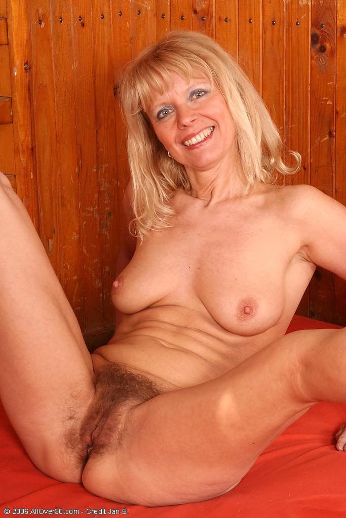 Большая волосатая пизда у зрелой без трусов, когда телка с отвисшими сиськами занимается гимнастикой