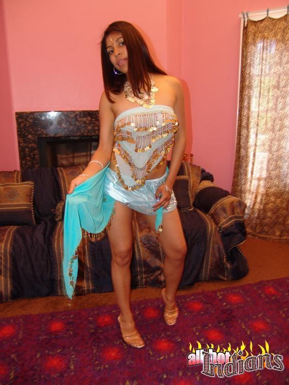 Индийская жена знает толк в сексуальных танцах, она способна возбудить мужа, не прикасаясь к нему