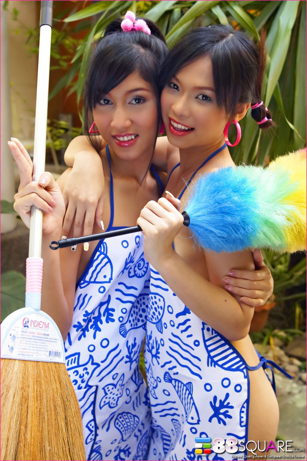 Молодые тайские горничные показывает волосатые промежности