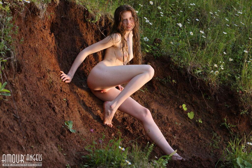 Русская девушка позирует голой в овраге