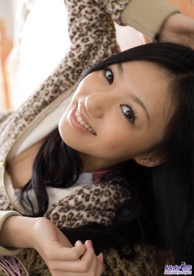 Прекрасная японская милаха показывает свою свежее тело