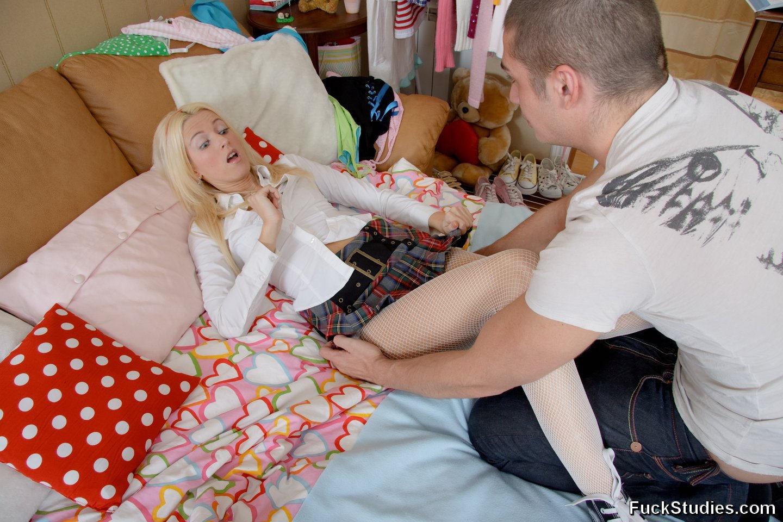 Очаровательная блондинка получила большой хуй в тугое очко и сперму на удивленное лицо