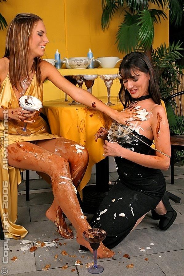 Во время ужина в ресторане, две гламурные девушки обмазались шоколадом