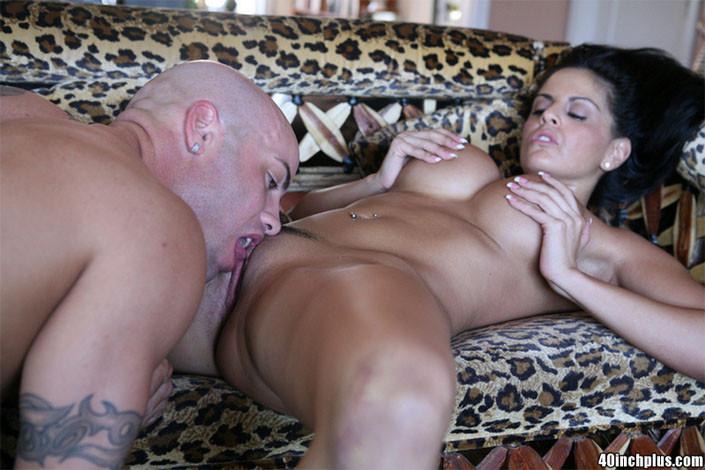 Сексуальная латиноамериканка вертит своим аппетитным задом, пока не приходит брутальный парень и не делает ей куннилингус