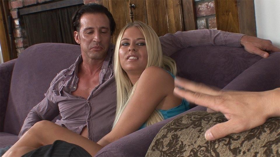 Райли Эванс изменяет мужу с его другом в одной гостиной на соседнем диване, муж с удовольствием наблюдает за происходящим