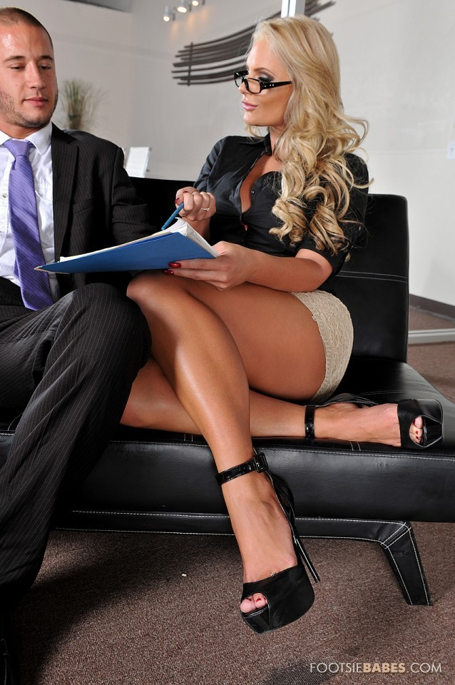 Секретарша трахается в офисе со своим боссом.