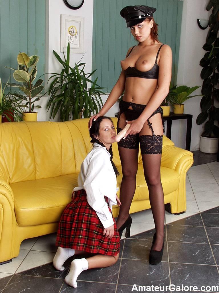 Молодые симпатичные лесбиянки, сексуально одевшись играют со страпоном, немного побаиваясь его