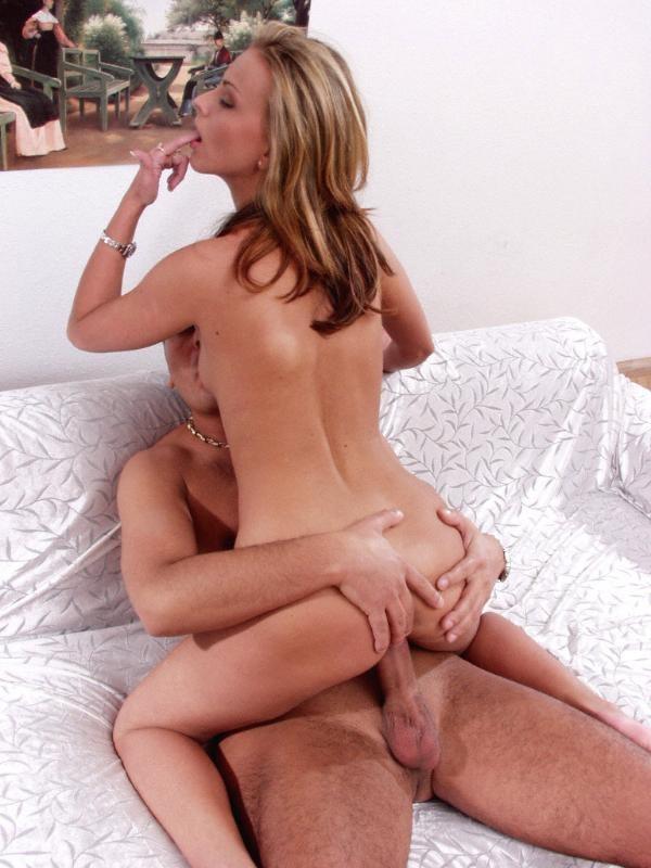 Женщина закатывает глаза от удовольствия, скача на члене мужчины