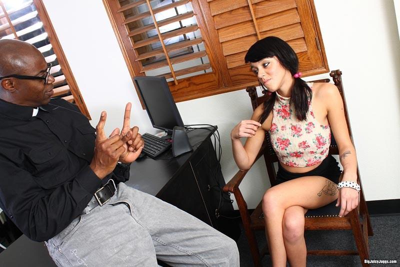 Девушка приходит на собеседование к чернокожему мужчине и он хорошенько трахает ее прямо на столе