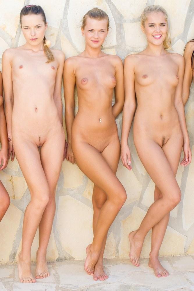 Большая группа голых русских девчат