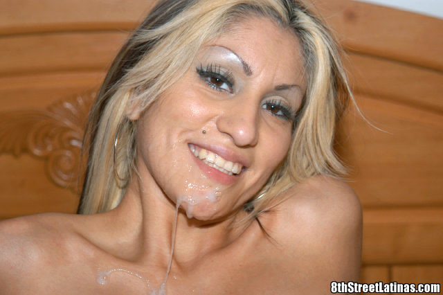 Латина после знакомства с парнем сразу идет с ним в гостиницу и позволяет себя трахнуть, в итоге парень кончил телке на лицо
