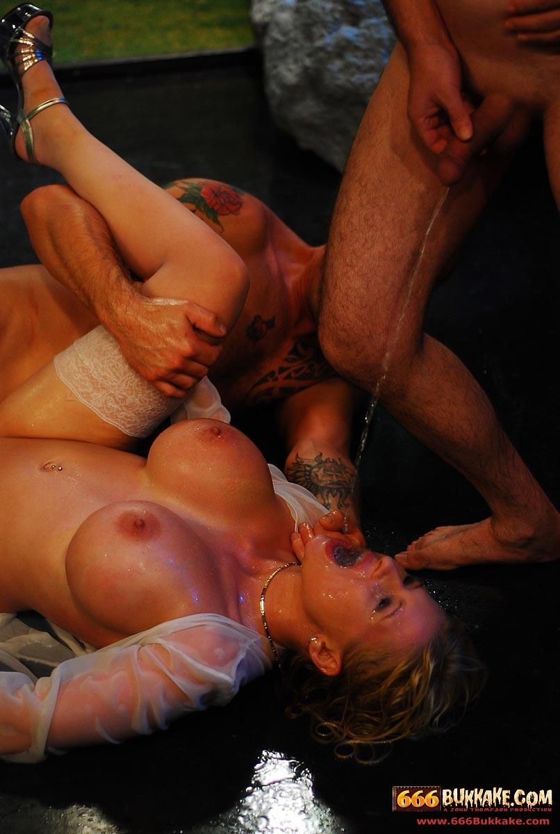 Мужчины по очереди ссали в рот грудастой блондинке