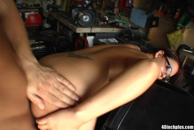 Сисястая азиатка отдалась байкеру в гараже