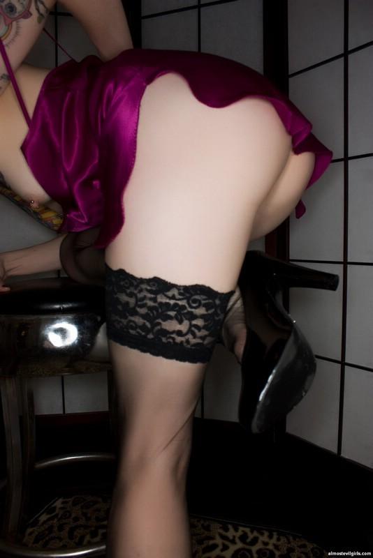 Блеклин Ребелл – худая татуированная шлюшка с бритой вагиной и аккуратными сочными дырками