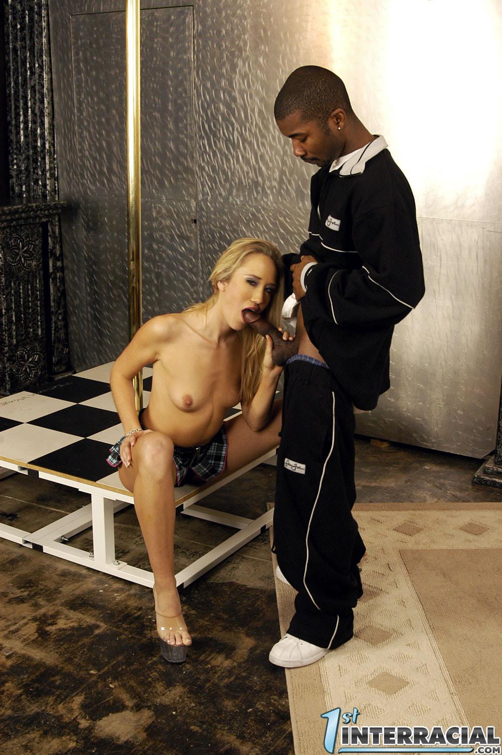 Алана Эванс принимает внутрь себя черный член и получает удовольствие от мощного проникновения