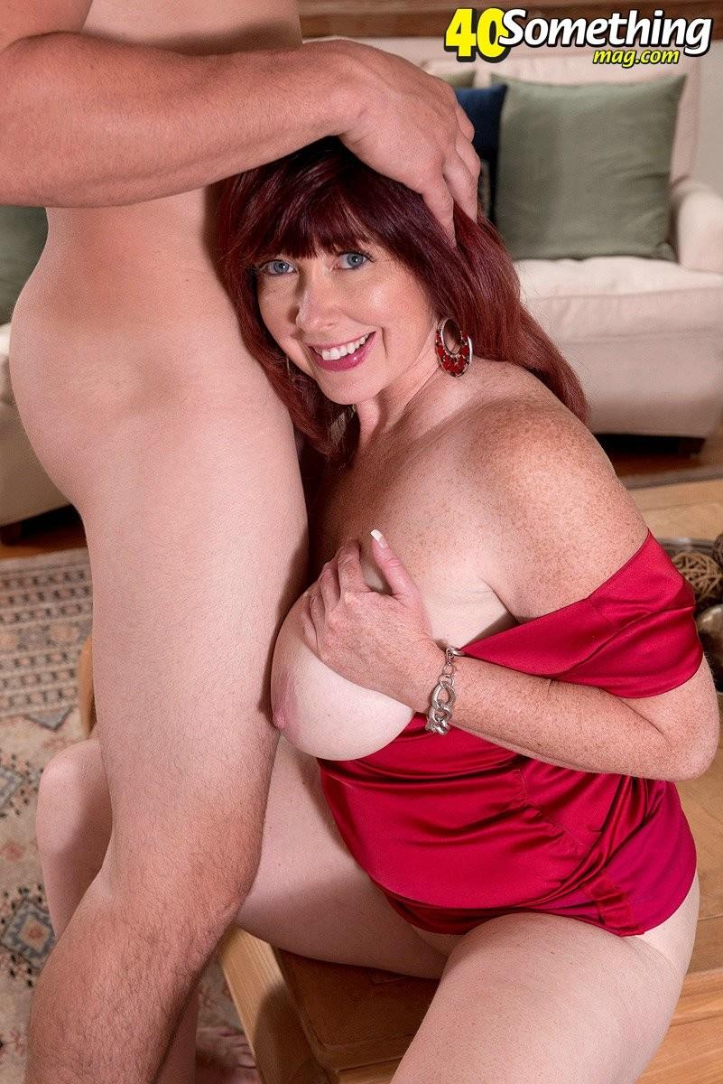 Зрелая женщина получила толстый хуй в свой узкий анус