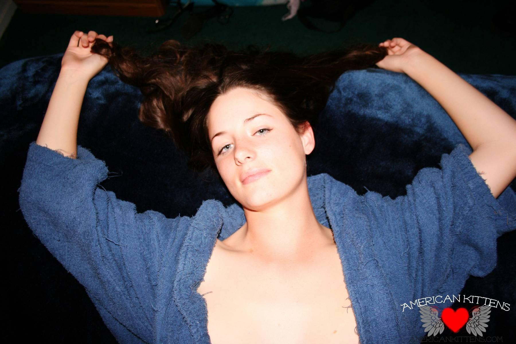 Девушка в халате на голое тело, слегка приоткрывает свои груди