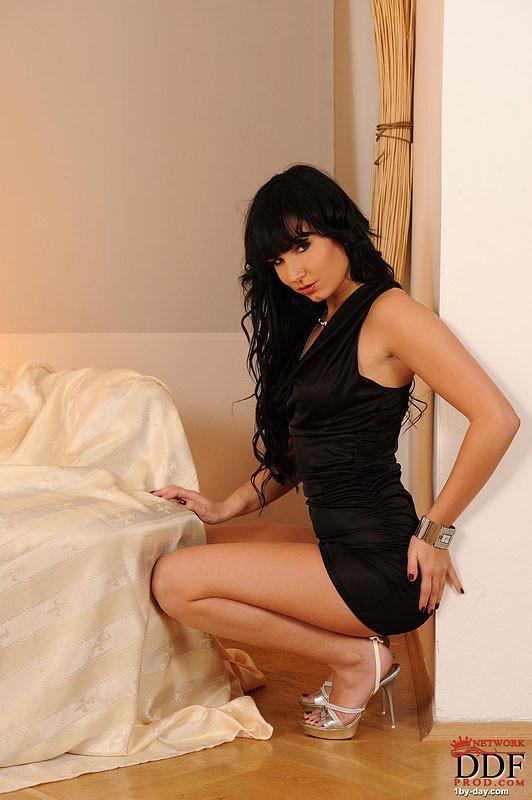 Стейси Да Силва раздевается на кровати
