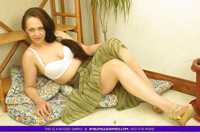 Бабуля в лифчике хвастает своими формами, хоть и не снимает юбку, она выглядит горячей женщиной