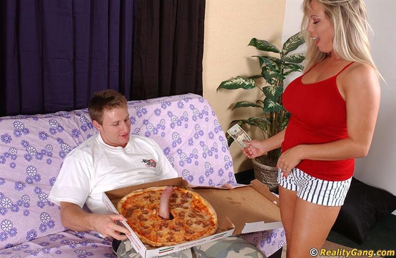 Парень решил угостить сисястую соседку пиццей, когда она его пригласила, увидела, что из коробки торчит его стояк, пришлось телке раздеваться и трахаться