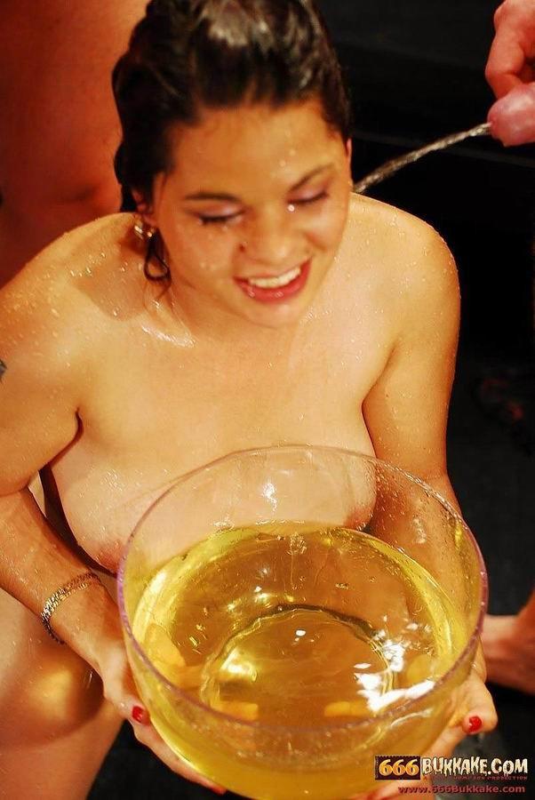 Золотой дождь телка принимает охотно, но когда ее лицом макают в тарелку с мочой, ей становится не до удовольствия