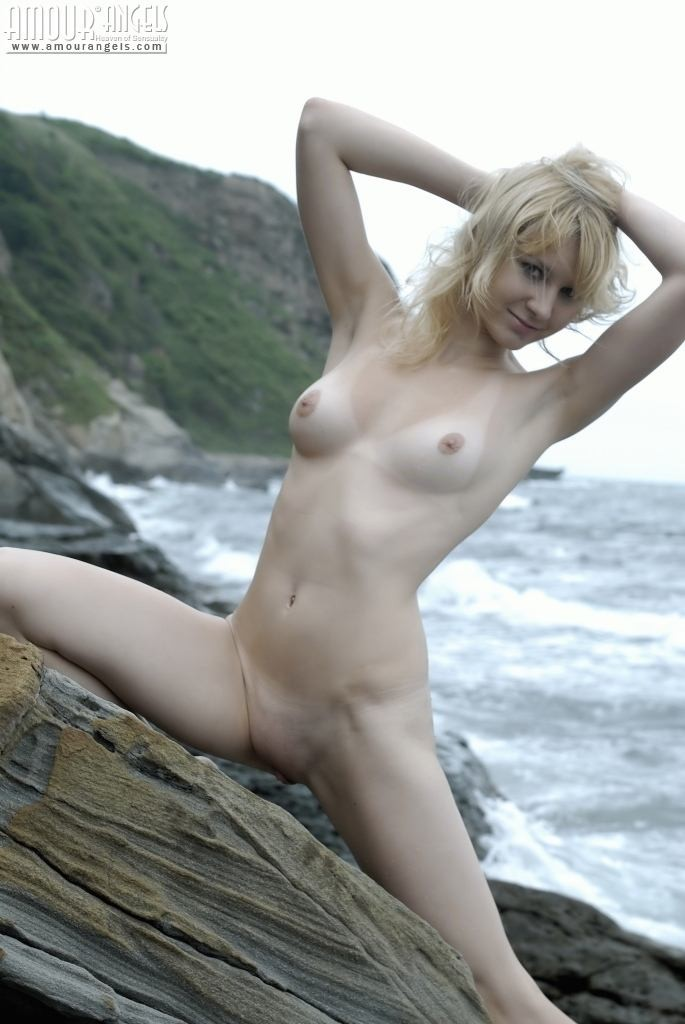 Тори Лейн на каменистом берегу океана снимает сарафан и показывает худое аппетитное тело