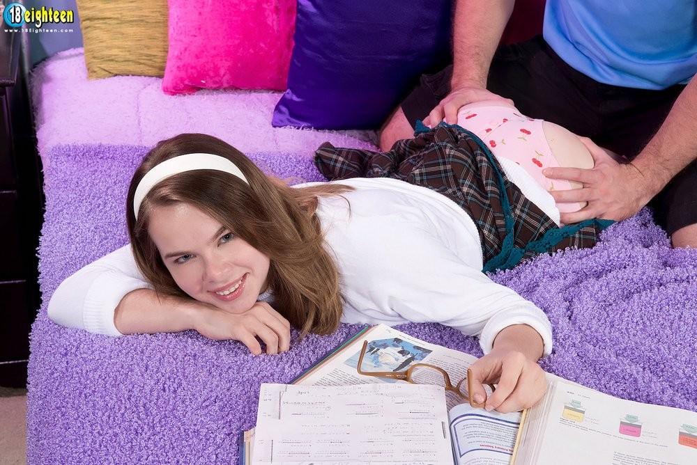 Молоденькая Дженнифер Метьюс показывает класс, позволяя себя трахать так как хочет этого ее партнер