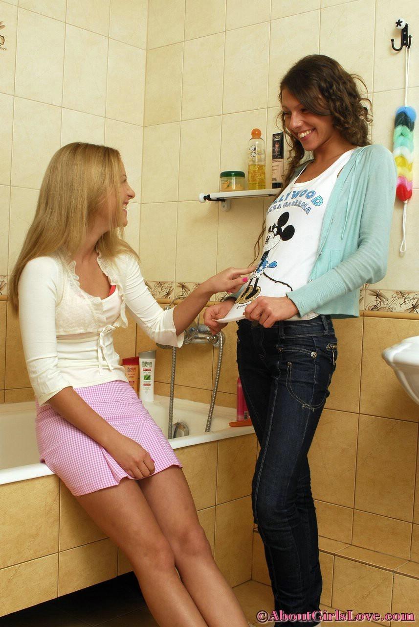 Две лесбиянки помогают друг другу раздеться перед душем, они намерены не трахаться, а немного поиграть