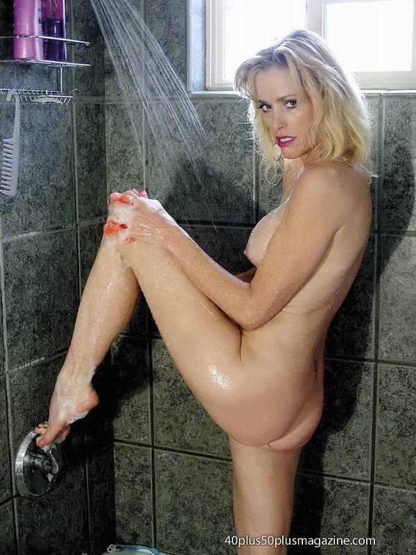 Женщины после сорока тоже могут выглядеть сексуально – это доказывает красивая блондинка в душе