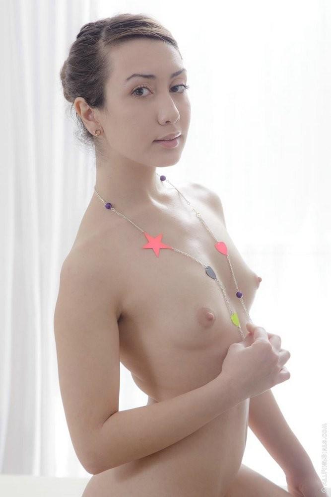 Молодая красавица отдалась массажисту прямо на кушетке