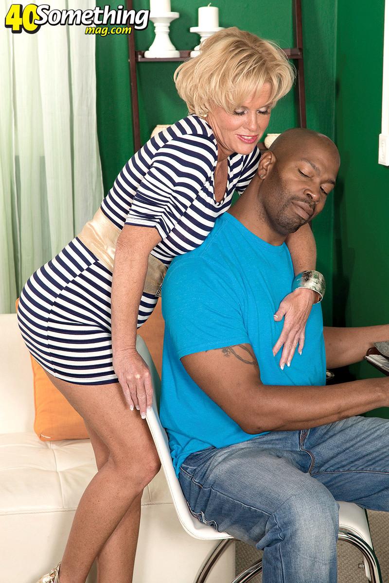 Грудастая зрелая блондинка любит темнокожих, накаченных самцов