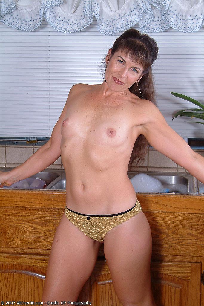 Домохозяйка оголила свой мохнатый лобок