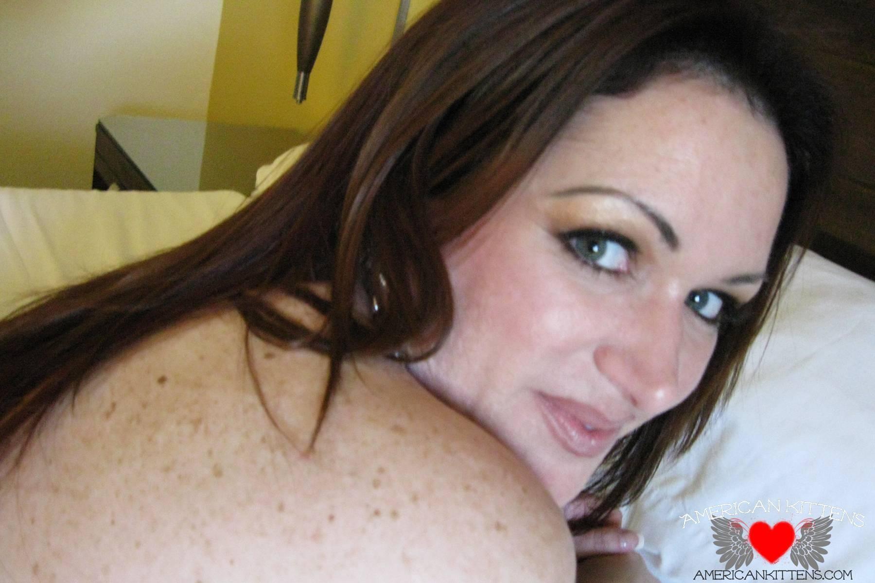 Сисястая домохозяйка, занимается мастурбацией на глазах у мужа