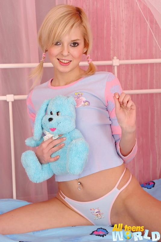 Милая блондинка поковыряла в своей влажной пизде пальцем и воткнула в анус небольшой фаллоимитатор