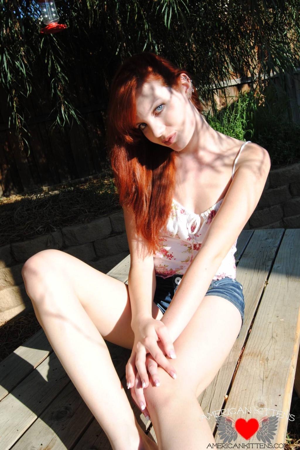 Рыжая голая девушка на прогулку надевает короткие шорты, она надеется, что их снимет сексуальный парень пикаппер