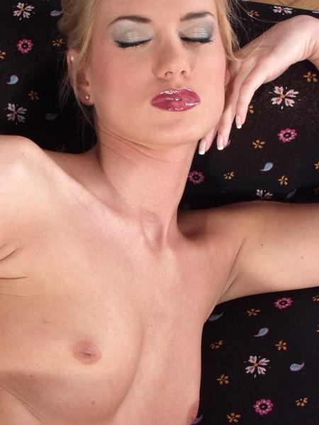 Гламурная сучка любит ковырять пальцем в своей пизде