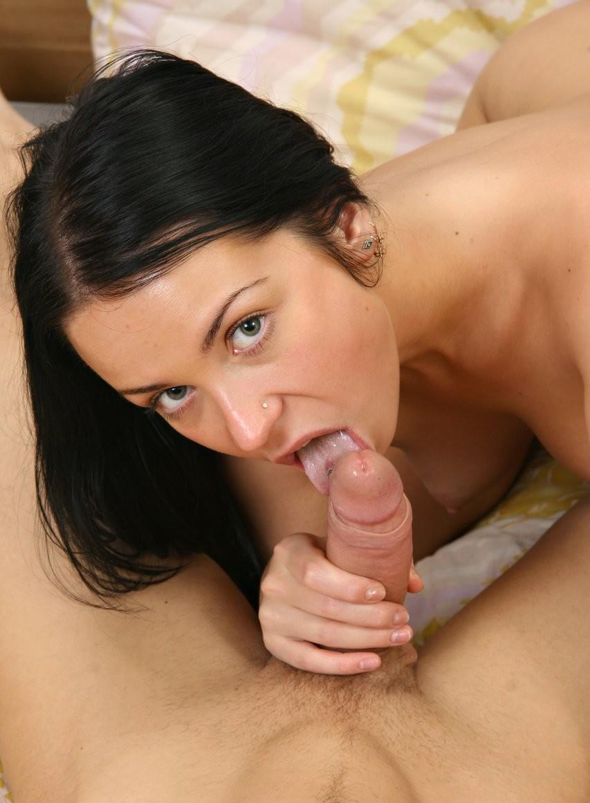 Брюнетка любит своего бойфренда, поэтому их половой акт начинается с  минета, а заканчивается ярким анальным сексом