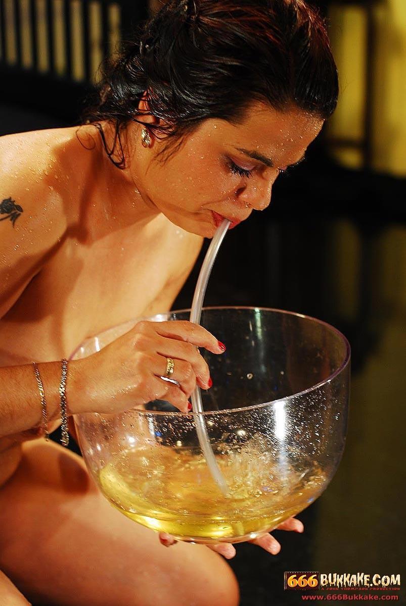 Сисястым девкам нравятся писающие на них мужики, они с радостью пьют их мочу из большого бокала