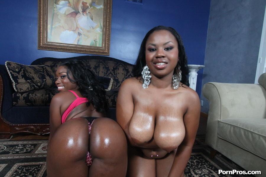 Две темнокожие дамочки расслабляются в компании друг друга, позволяя негру себя оттрахать