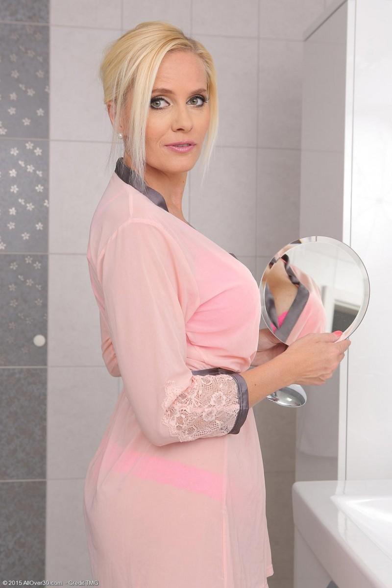 Красивая зрелая блондинка мастурбирует в ванной толстым дилдо