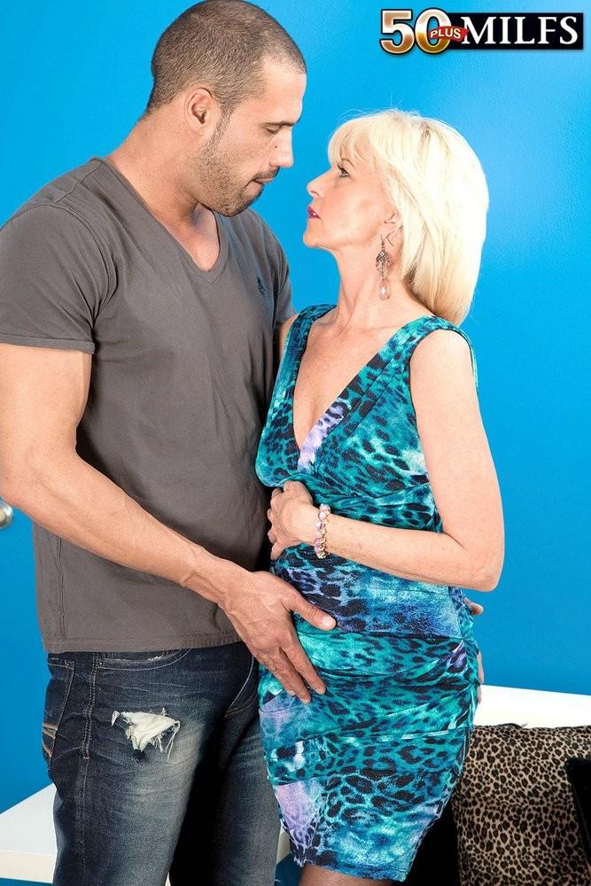Пожилая бабенка дождавшись любовника начала неистово с ним ебаться