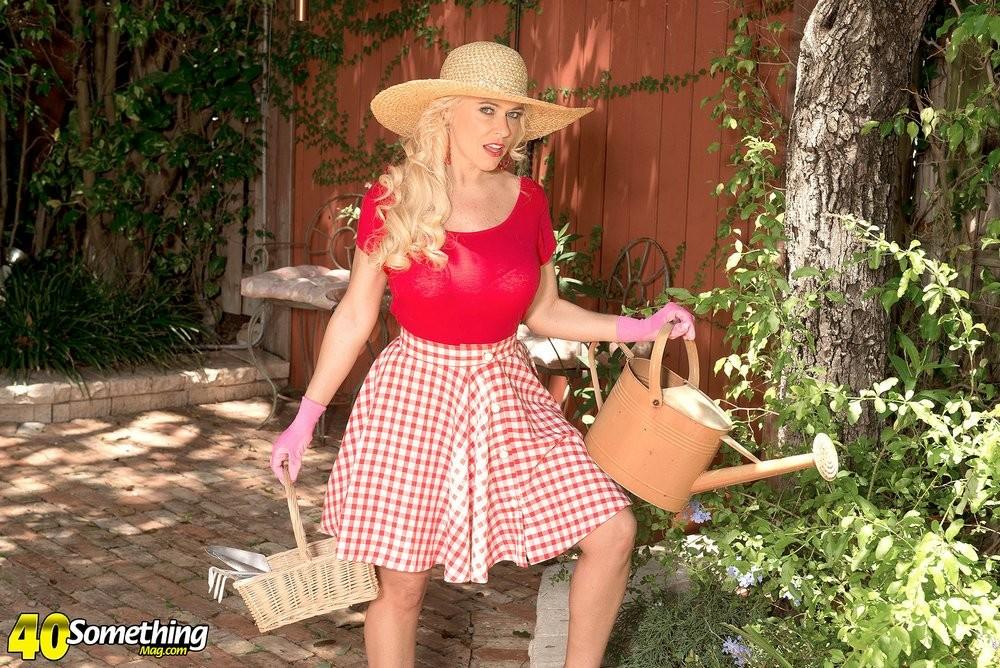 Саванна - шикарная блондинка, которая умело показывает своё тело и демонстрирует самые выгодные места