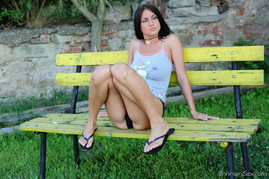 Сидела на скамейке в вызывающих позах и была трахнута проходящим мимо парнем