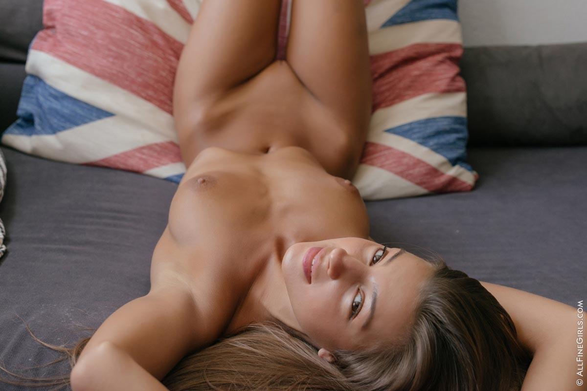 Красавица Мелена позирует голой на диване
