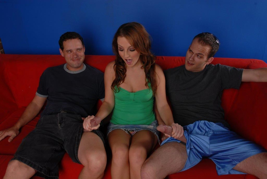 Два парня с большими хуями имеют Мелиссу Метьюс, телка сосет два члена и дает по очереди в пизду, чтобы в конце получить кучу спермы на грудь