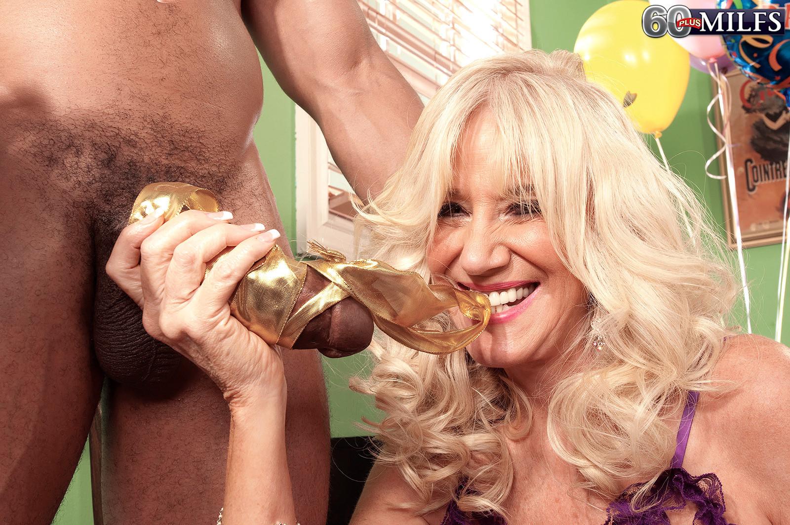Зрелая блондинка Самеранн на День рождения получила трах с негром с большим хером и осталась довольной