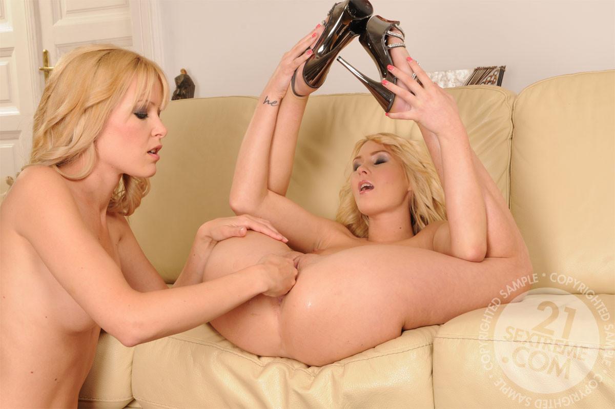 Две блондинки лесбиянки расстягивают влагалища, пихая в них свои кулаки