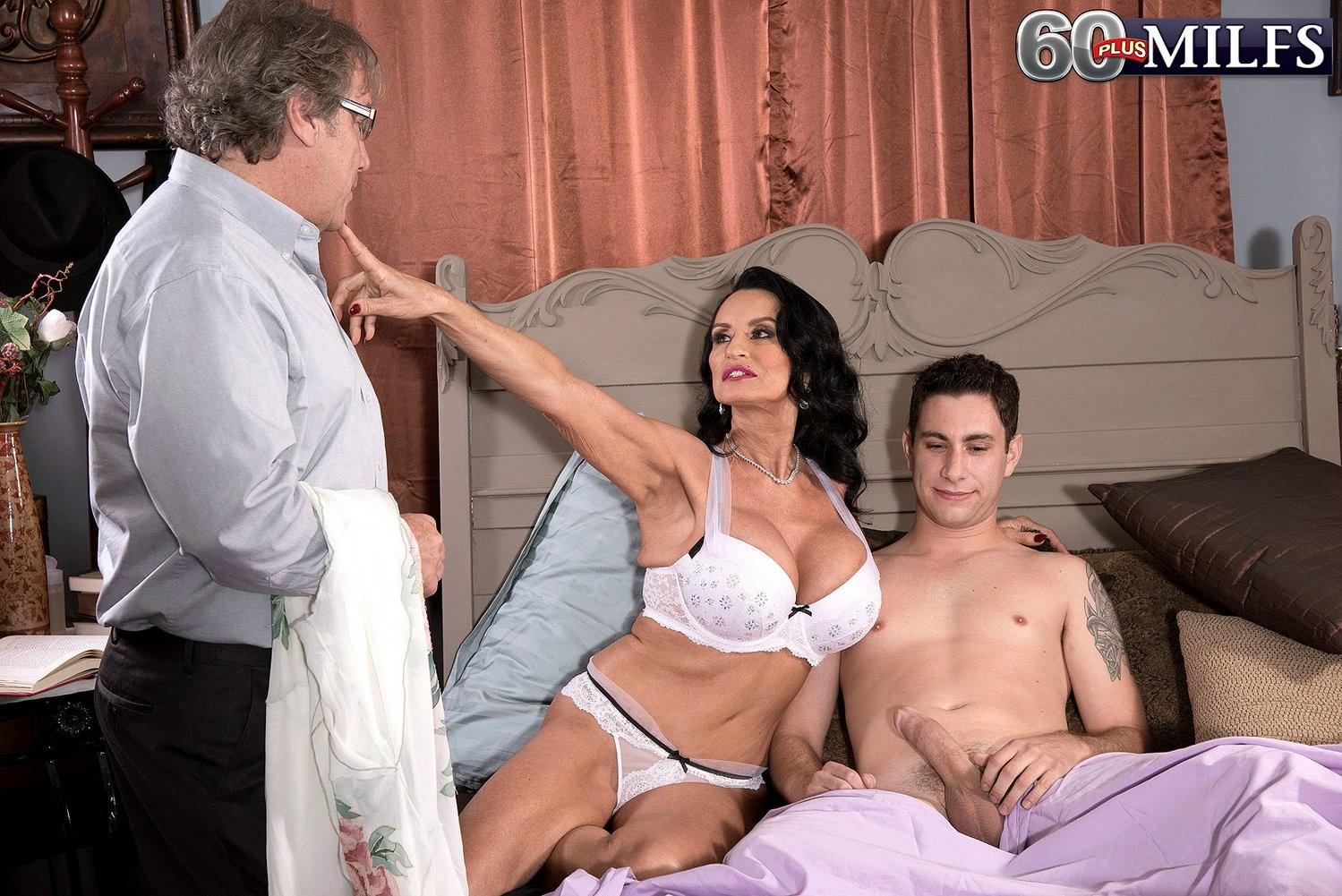 Женщина ебется с молодым любовником в зад, на глазах изумленного мужа