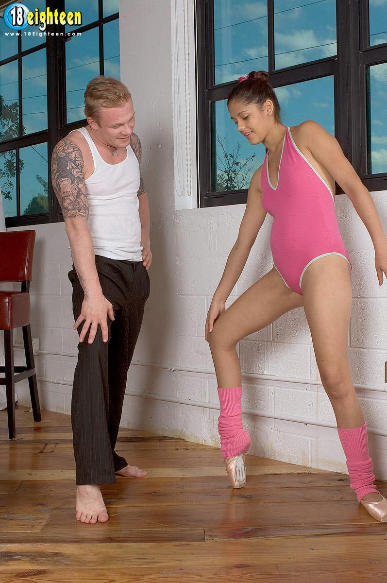 Девушка разминается на балете, но затем к ней присоединяется мужчину и устраивает ей классный секс