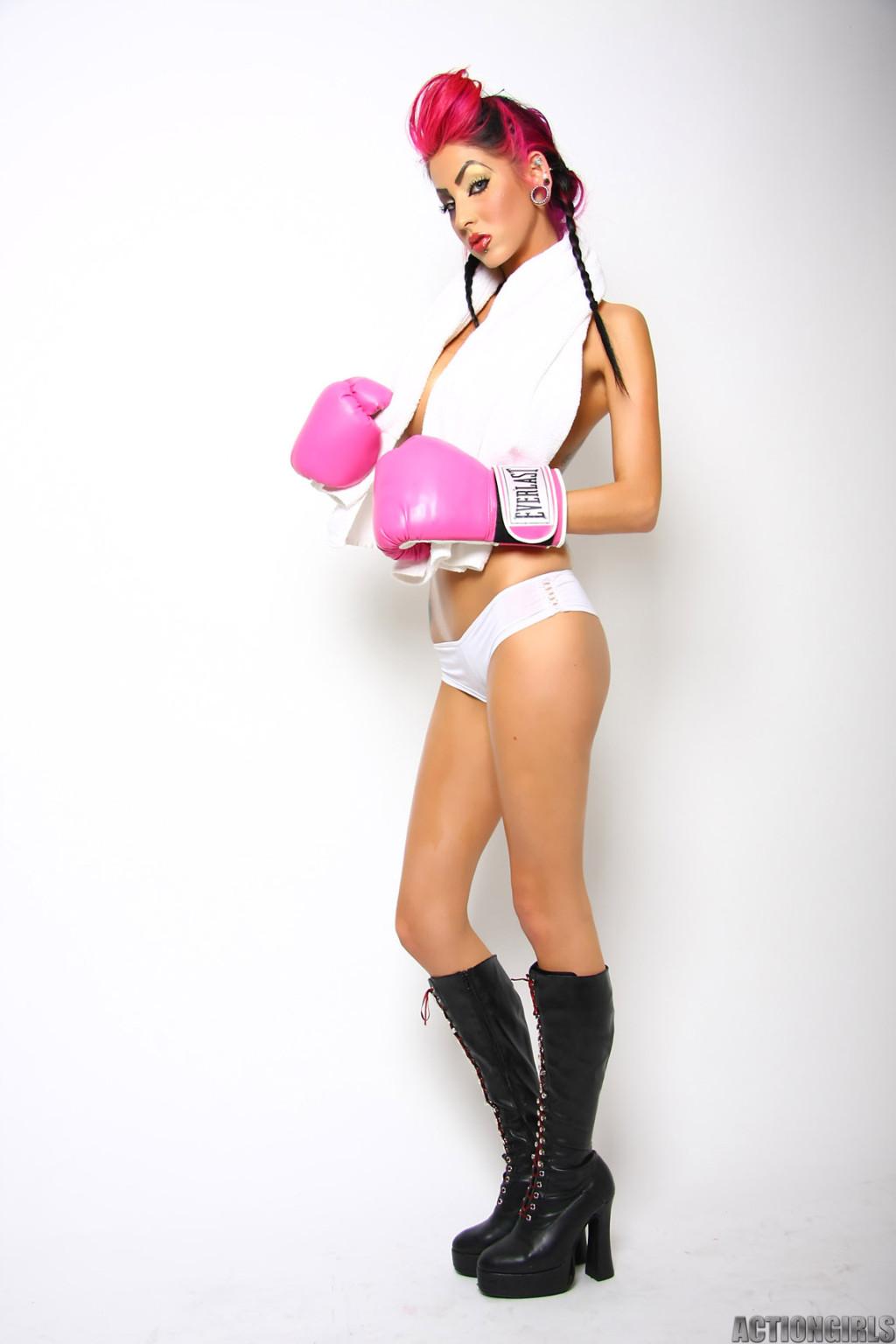 Диана в боксерских перчатках